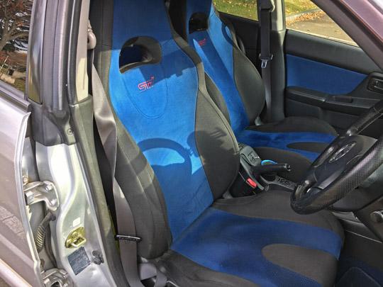 stiのフロントシート(セミバケットシート)
