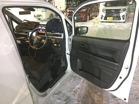 6代目ワゴンRFXの運転席とドア
