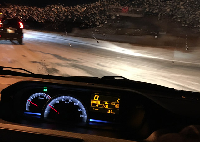 ワゴンR4WDは曲がった際にリアがオーバー気味に流れる。
