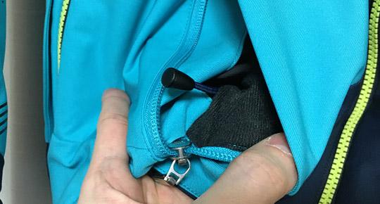 サイドポケットには裾を細める調節ヒモ付き。