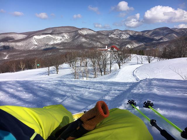 黄色いスキーパンツはゲレンデで映えますね。