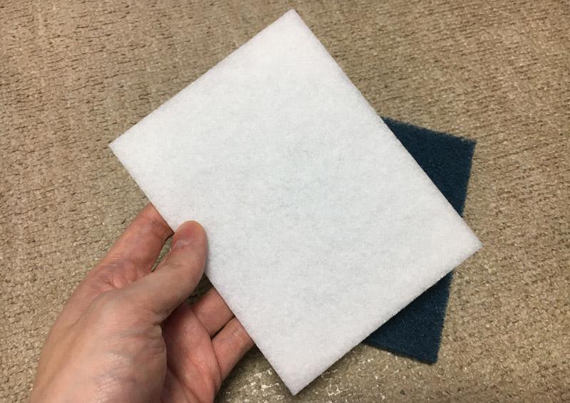白いスポンジはワクシングの仕上げに使います。