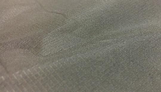 サーマラップパンツの表面